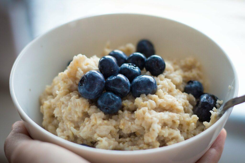 Haferflocken können vielfältig in der veganen Ernährung eingesetzt werden.
